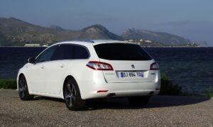 2014_Peugeot_508_SW_GT_2.2_HDi_200_Facelift_Heckansicht_Perlmutt-Weiss